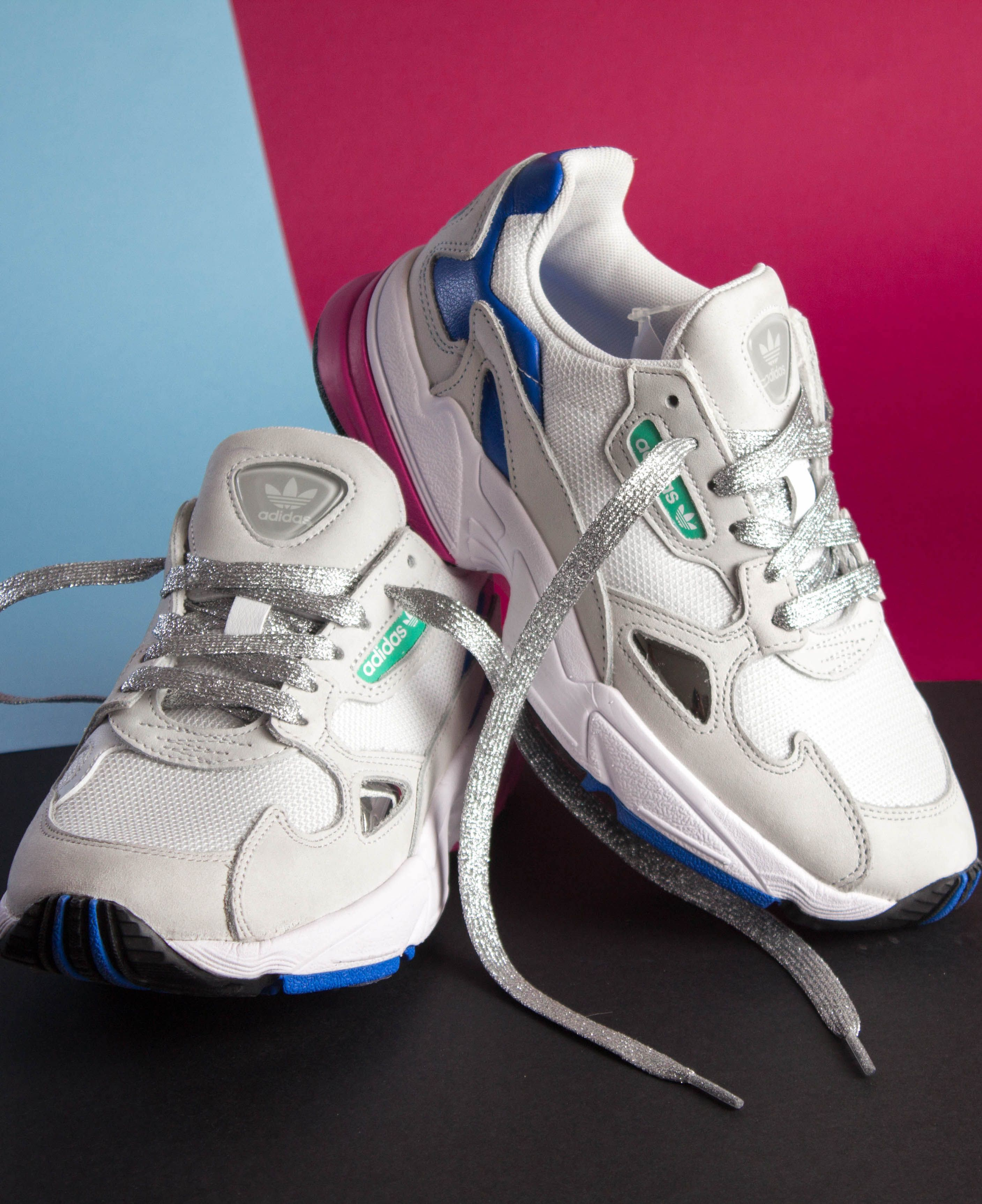 Lacets Glitter à paillettes coloris argent sur les Adidas