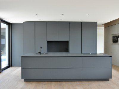 Puristische Küche in Grau - Küchen - Referenzen - La Cucina é Casa - küche hochglanz grau