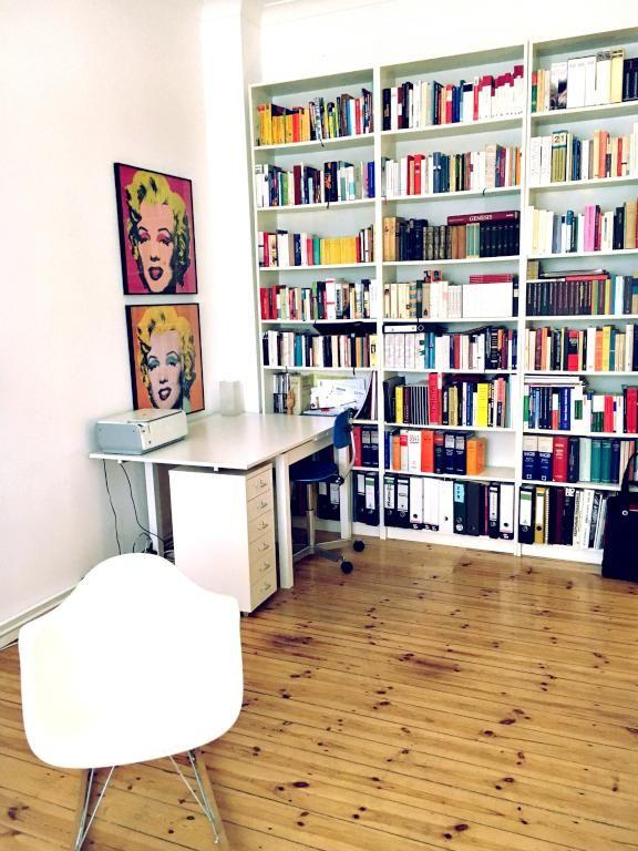 sch nes wohnzimmer mit b cher regal wand in berliner altbau wohnung mit holzdielen schreibtisch. Black Bedroom Furniture Sets. Home Design Ideas