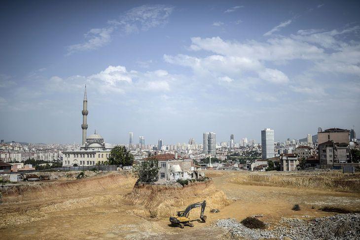 Turquie - Le quartier de Fikirtepe, à Istanbul, le 4 mai. Le propriétaire d'une maison du quartier a ralenti des travaux d'urbanisme en réclamant la négociation de son expulsion. Il continue d'occuper sa maison malgré les travaux. Crédits : AFP/BULENT KILIC