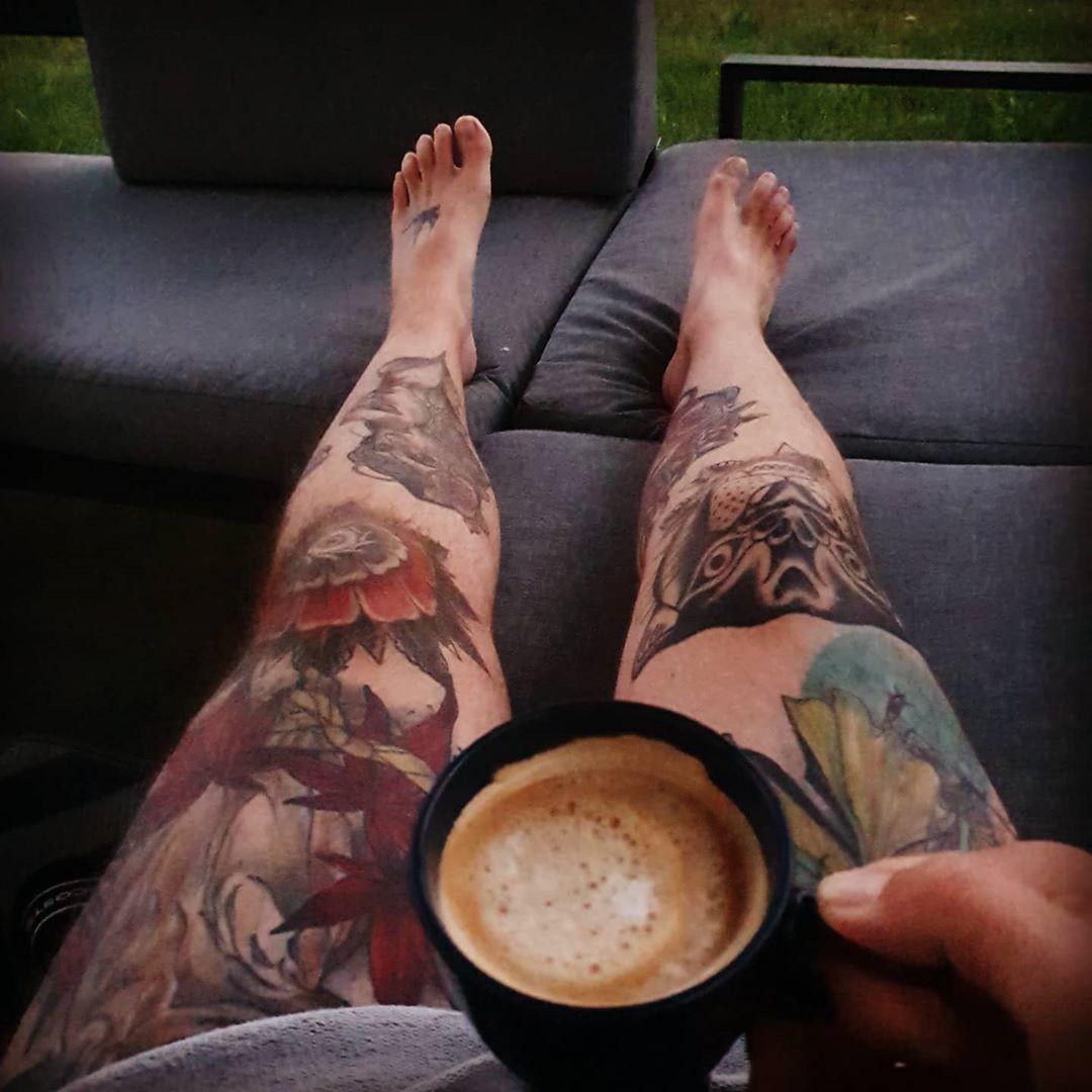Moin und einen guten Start in die neue Woche ☕✌ #tattoo #tattooed #tattooedguys #tattooedmen #guyswithtattoos #ink #inked #inkedguys #guyswithink #legtattoo #traditionaltattoo #kneetattoo #tattoolife #boldwillhold #neotraditionaltattoo #tattoostyle #morningcoffee