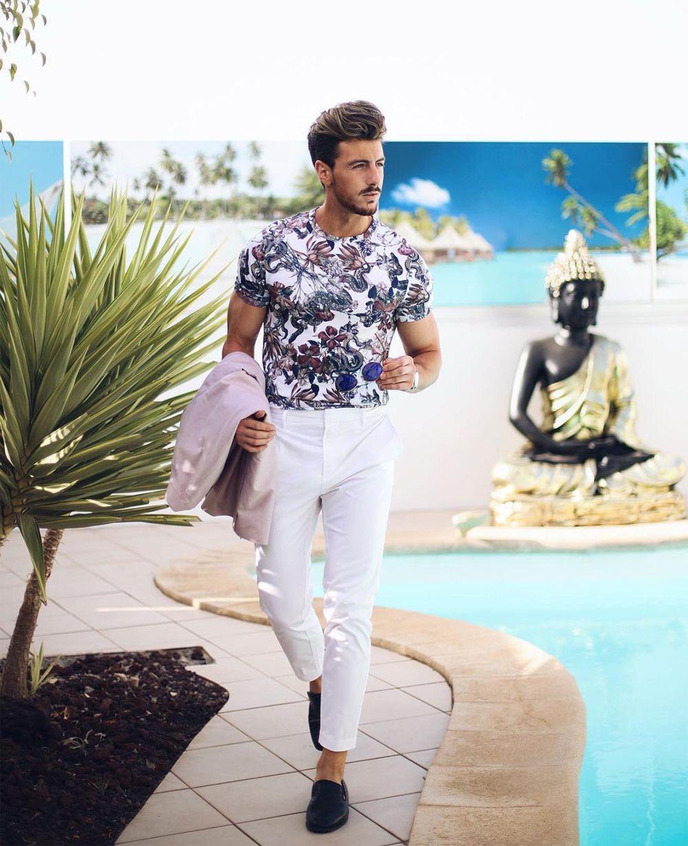 Look masculino com calça branca e camiseta floral. Veja mais estampas que  prometem bombar na primavera verão 2019 no blog Marco da Moda b56b099e709