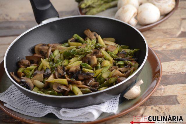 Salteado de cogumelos e espargos