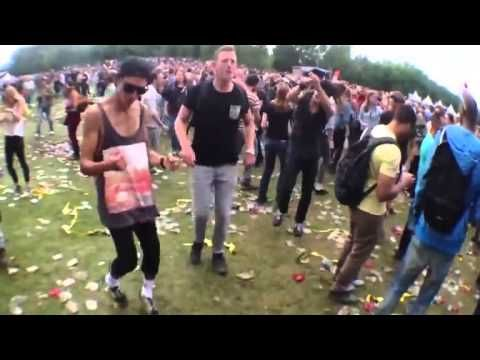 Benny Hill vs dubstep na festivale video