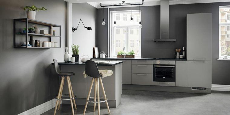 Ottimizzare Lo Spazio In Cucina Con Mobili Moderni Di Colore Grigio Chiaro Isola Laterale Come Tavolo Da Pra Cucine Moderne Cucine Grigio Chiaro Design Cucine