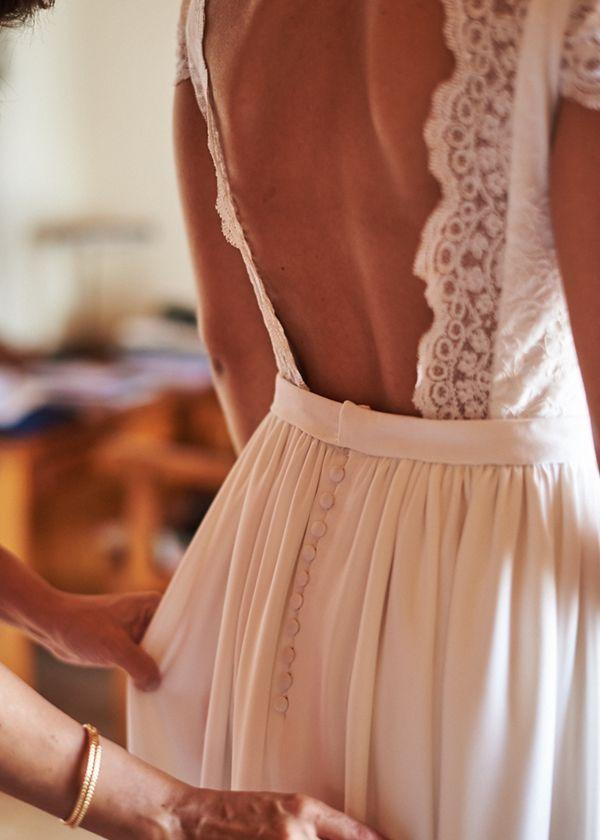 Photo of La mariée dans une robe bohème et un bouquet de fleurs sauvages.  Mariage en plein air hipster …