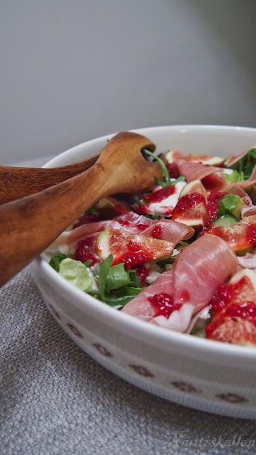 Viikuna-mozzarellasalaatti - ilmakuivatulla kinkulla kurkkupedillä