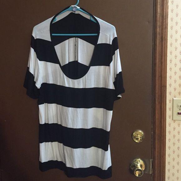 Short sleeve shirt Black and white striped short sleeve women's shirt Old Navy Tops Tees - Short Sleeve
