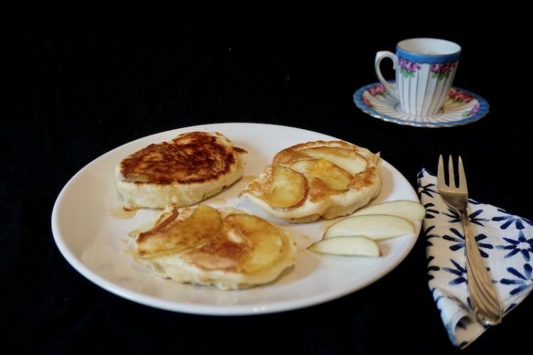 Recipe: Hefepfannkuchen mit Apfel - Pancakes made with yeast and apples (foodistini)