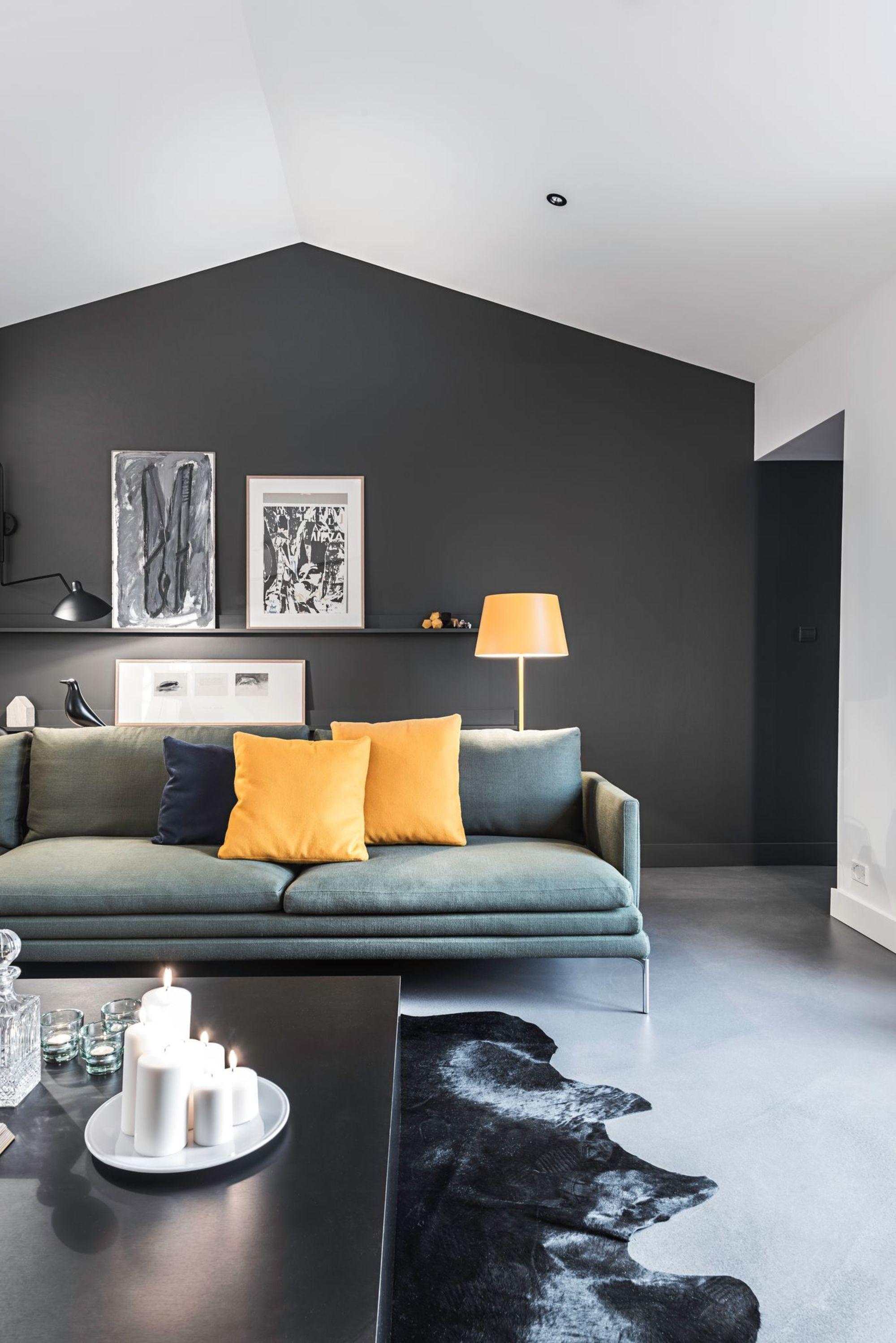 maison long re contemporaine de 180 m2 nantes black painted walls salons and yellow pillows. Black Bedroom Furniture Sets. Home Design Ideas
