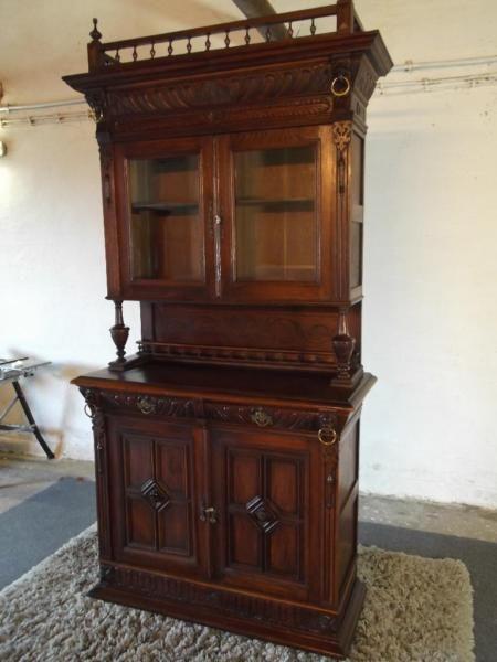Angeboten wird ein klassisches Gründerzeitbuffet aus massivem Holz ...