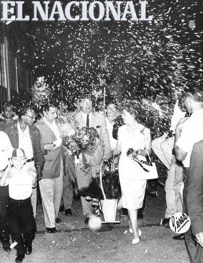 Visita de Pablo Neruda a Venezuela. Es recibido por un grupo  de personas quienes le muestran afecto con papelillos.  Foto: (Edmundo Pérez / Archivo El Nacional).  18 de enero de 1958.