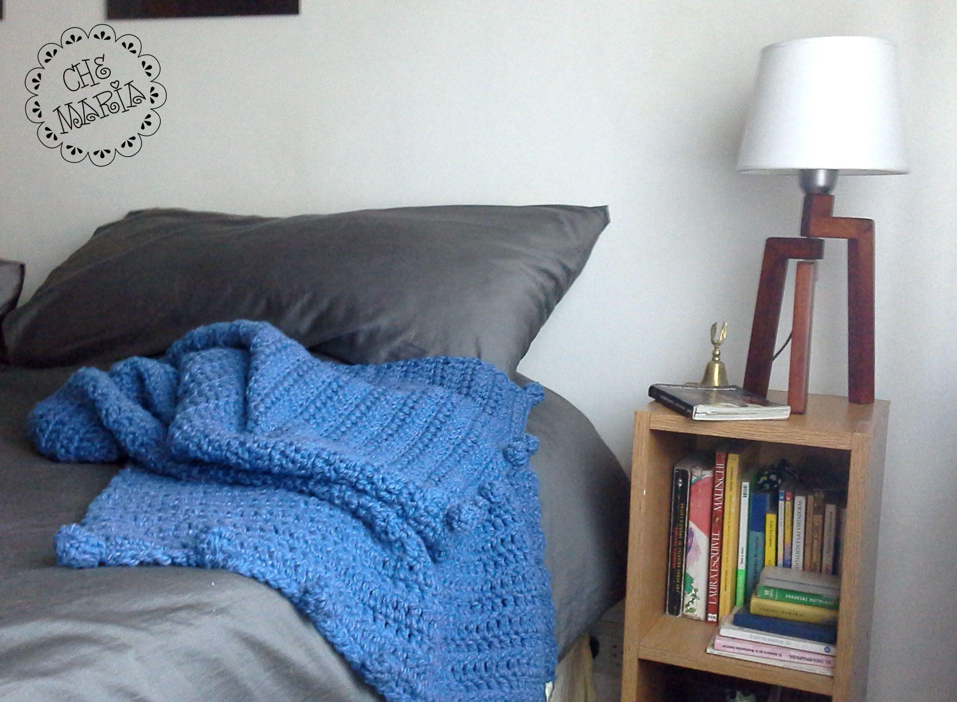 Pié de Cama Pompón en azul. Tejido a mano en crochet con hilados de algodón.