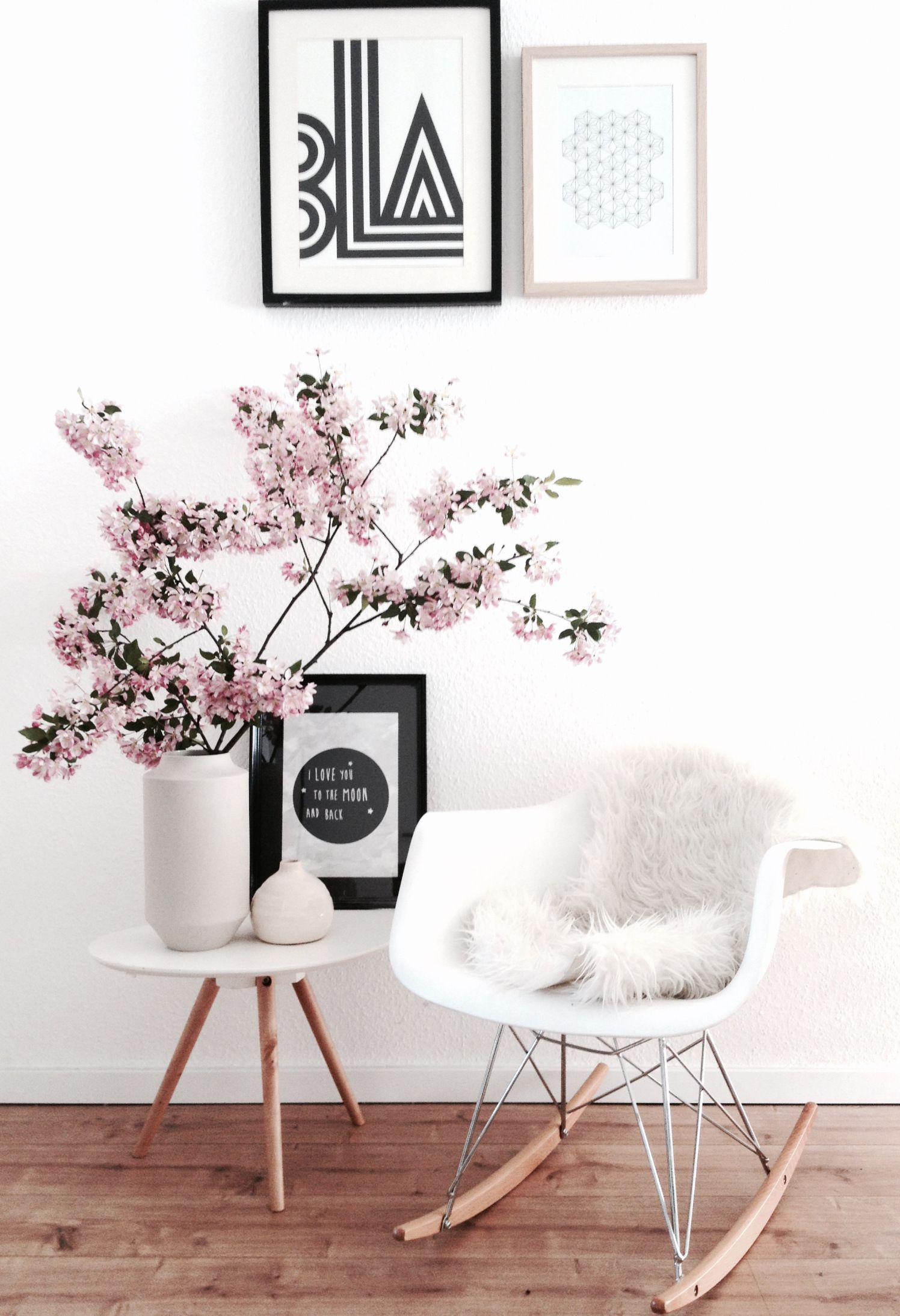Skandinavisches Interiordesign ° Charles Eames Schaukelstuhl Mit  Typografieposter Und Kirschblütenzweigen