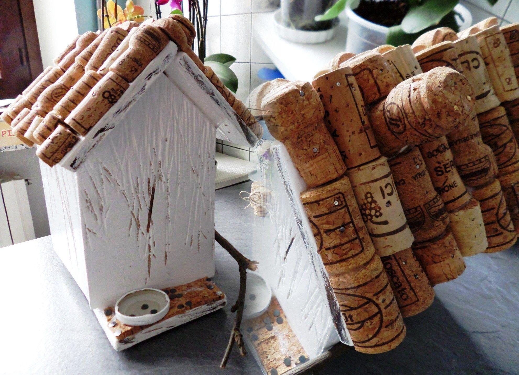 Casetta per uccellini fatta con legno di recupero e tappi for Casette per conigli fai da te