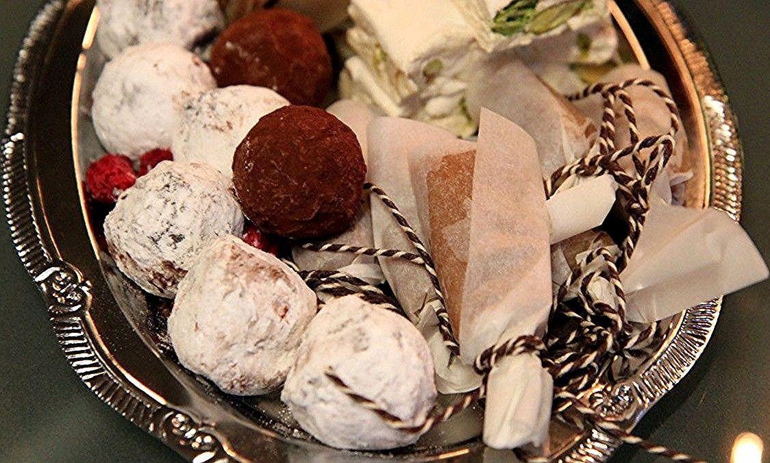 Sjokolade- og bringebærtrøfler Lise Finckenhagen lager konfekt til jul. Det blir ca. 45 sjokolade- og bringebærtrøfler. #konfektjul Sjokolade- og bringebærtrøfler Lise Finckenhagen lager konfekt til jul. Det blir ca. 45 sjokolade- og bringebærtrøfler. #konfektjul