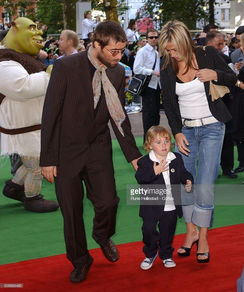 Liam Gallagher And Nicole Appleton With Son Gene Attend The Premiere Of Shrek 2 At The Uci Empire Leicester Squar Nicole Appleton Liam Gallagher Fotografias