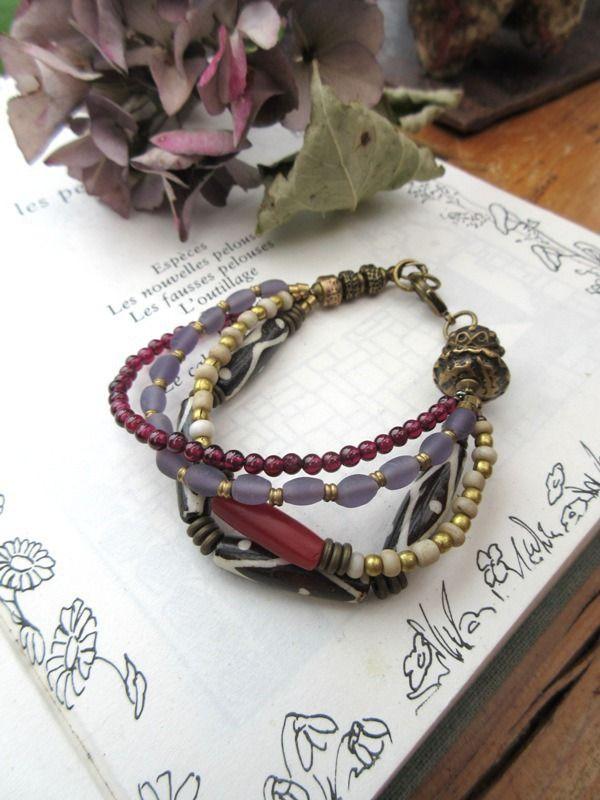 Un bracelet gipsy boho 4 rangs avec perles en os batik : Une Histoire Mauve ..... : Bracelet par les-reves-de-minsy