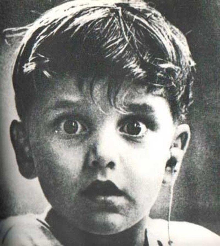 Harold Whittles ouve pela primeira vez depois de um médico lhe colocar um aparelho na orelha esquerda.