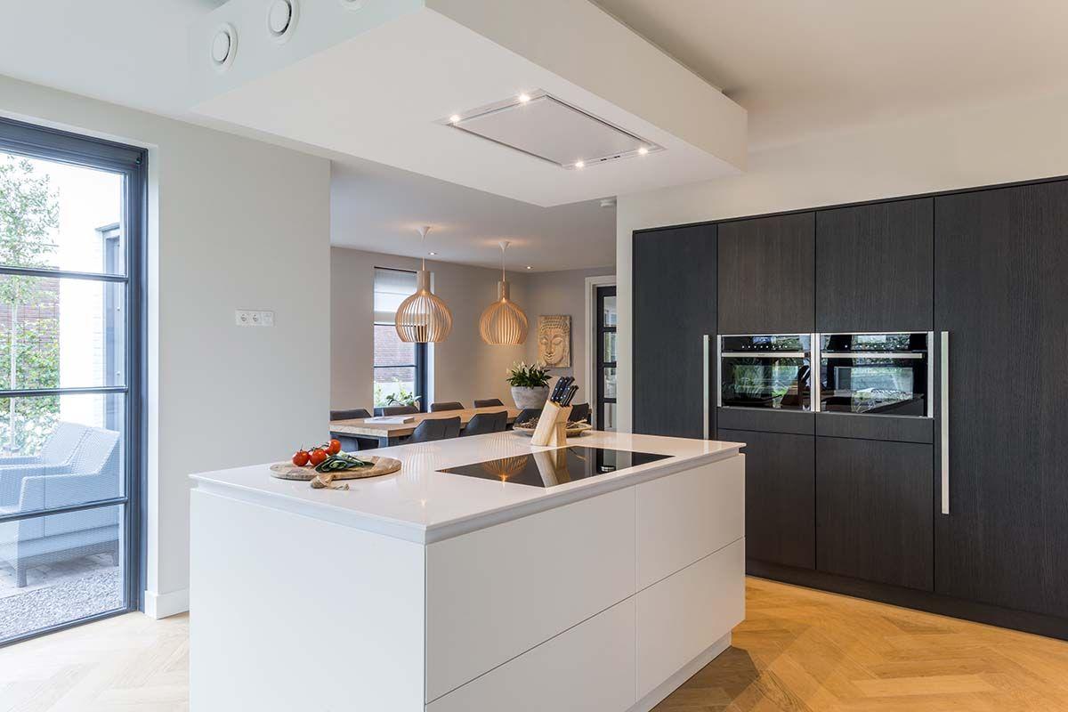 De moderne keuken oogt heel ruimtelijk door de strakke lijnen en het