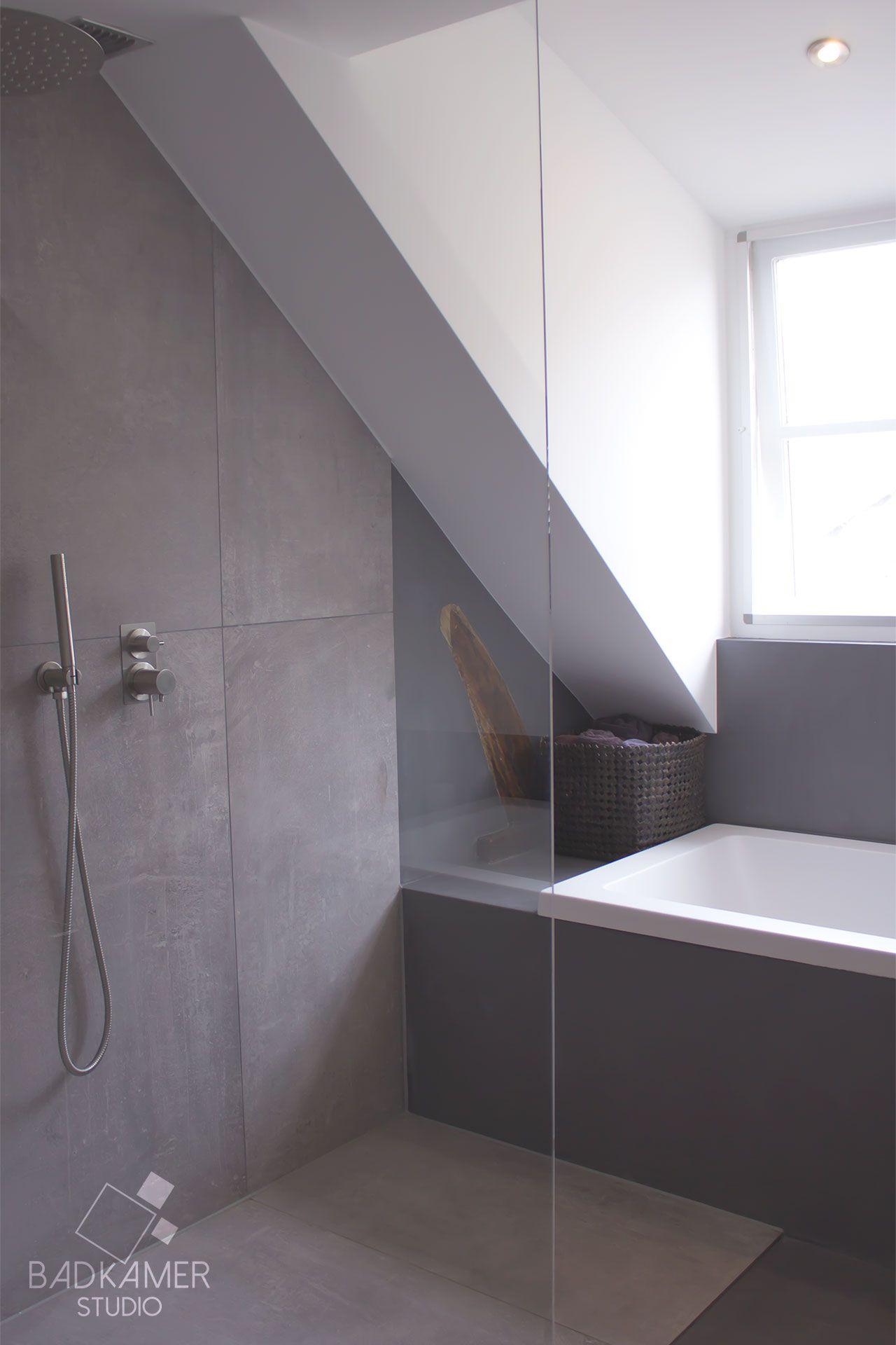 Moderne badkamer in Ulicoten met een bad, inloopdouche, regendouche ...