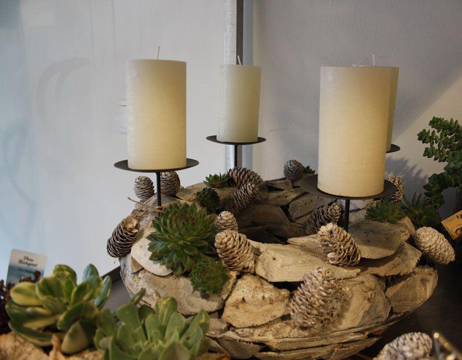 adventskranz aus holz mit sukkulenten advent wreath. Black Bedroom Furniture Sets. Home Design Ideas