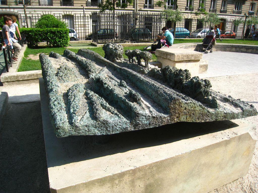 Les Arbres, Boris Lejeune (1988).  L'un des cinq bas-reliefs placé sur la promenade Pereire. Paris 17e