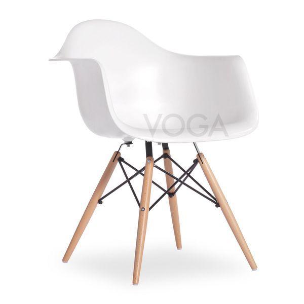 Cette chaise moulée en fibre de verre et plastique fait partie des ...