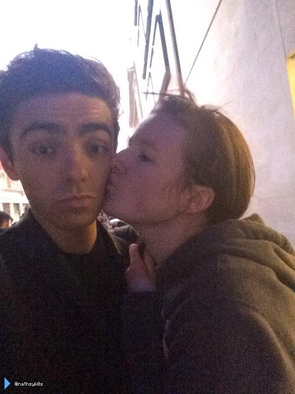 Nathan com fã (@nathsyk0s) em Londres, na Inglaterra. (18 out.)