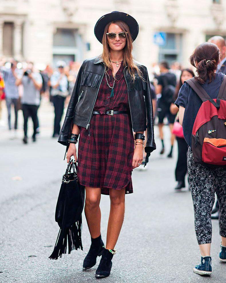 Sasha Pivovarova tshirt dress camisa vestido longa branca street style look  xadrez chapeu jaqueta courobolsa franja bota c3131fbc068f5