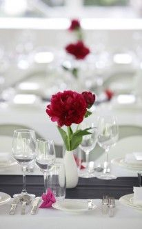 Tischdekoration mit pfingstrosen hochzeitstorte tischdeko dekoration und blumenschmuck hochzeit - Pfingstrosen dekoration ...