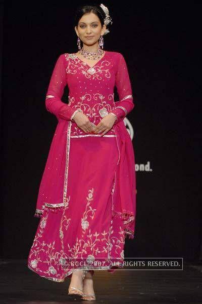 om shanti om deepika in pink dress - Google శోధన   Long ...