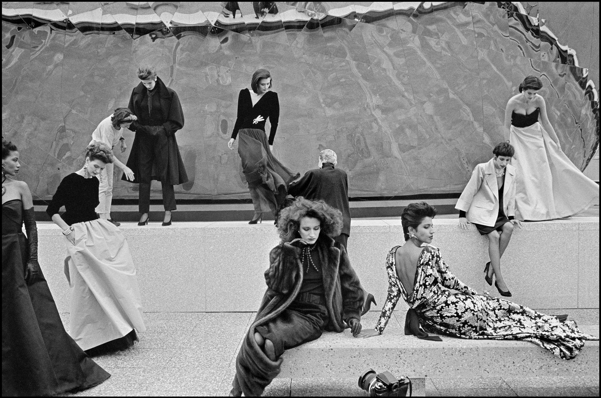 Servizio fotografico per Yves Saint Laurent al parc de la Villette a Parigi, nel 1985. - (Abbas, Magnum Photos)