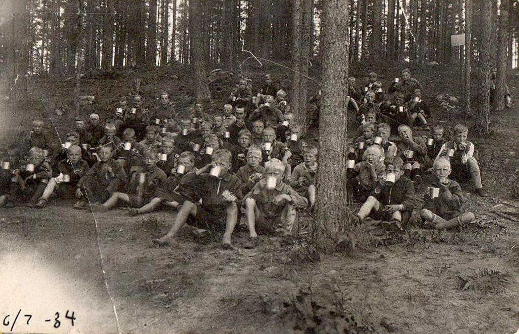 Heinäkuu 1934 Kirvun Suojeluskunta järjestää poikaleirin Matikkalassa. Tauolla tarjotaan vanikkaa ja juodaan peltimukista. Talvisotaan on noin viisi vuotta aikaa.