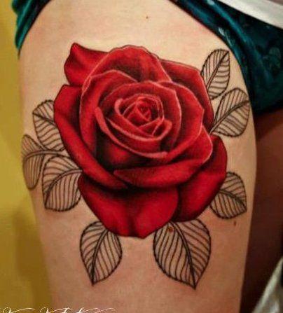 Tatouage De Gros Rose En Couleur Rouge Sur La Haut Cuisse D Un Homme