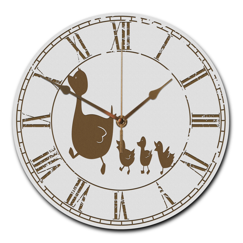 Wanduhr rund Enten Familie aus MDF  Weiß - Das Original von Mr. & Mrs. Panda.  Eine wunderschöne runde Wanduhr aus hochwertigem MDF Holz mit goldenen Zeigern und absolut lautlosem Uhrwerk    Über unser Motiv Enten Familie  Die Entenfamilie ist das perfekte Wohnaccessoir für Familien mit Kindern. Die Entenmutter hat mehrere süße Entenkinder. Diese können nach Belieben alle, je nach Kinderanzahl, variiert werden.     Verwendete Materialien  ##MATERIALS_DESCRIPTION##    Über Mr. & Mrs. Panda…