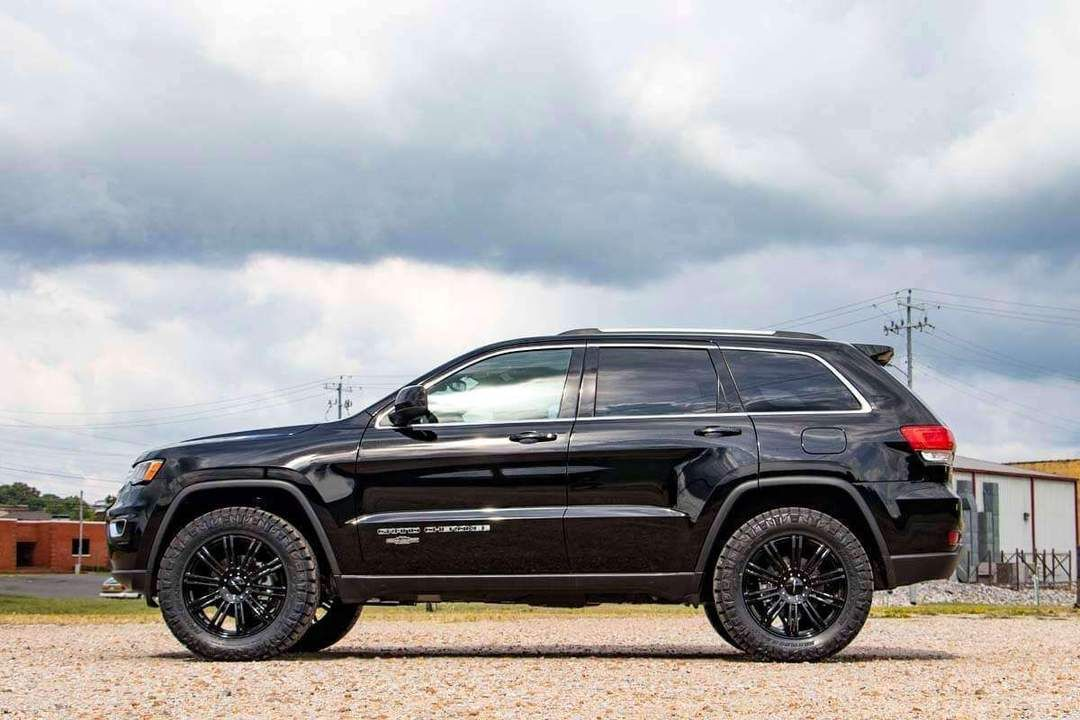 Want To Increase The Ride Height Of Your Jeep Grand Cherokee Wk2 Get The Aggressive Good Looks With Rough Countr Jeep Grand Cherokee Jeep Grand Jeep Trailhawk