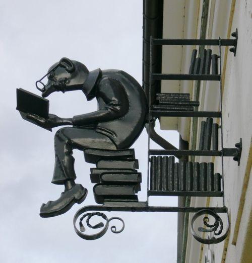 Reading on the street: bookstore road / Leyendo en la calle: librería vial