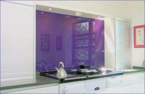 Küchenspiegel ideen ~ Lila glas küchenspiegel idee küche weiß küchenrückwand