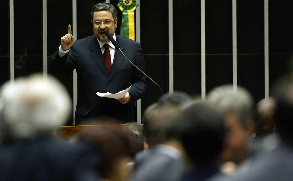 Pouco tempo após o pedido de demissão do Ministério da Fazenda, Palocci foi eleito deputado federal pelo PT de São Paulo. Na imagem, como deputado, Palocci fala durante votação das emendas da prorrogação da CPMF, no Plenário da Câmara dos Deputados
