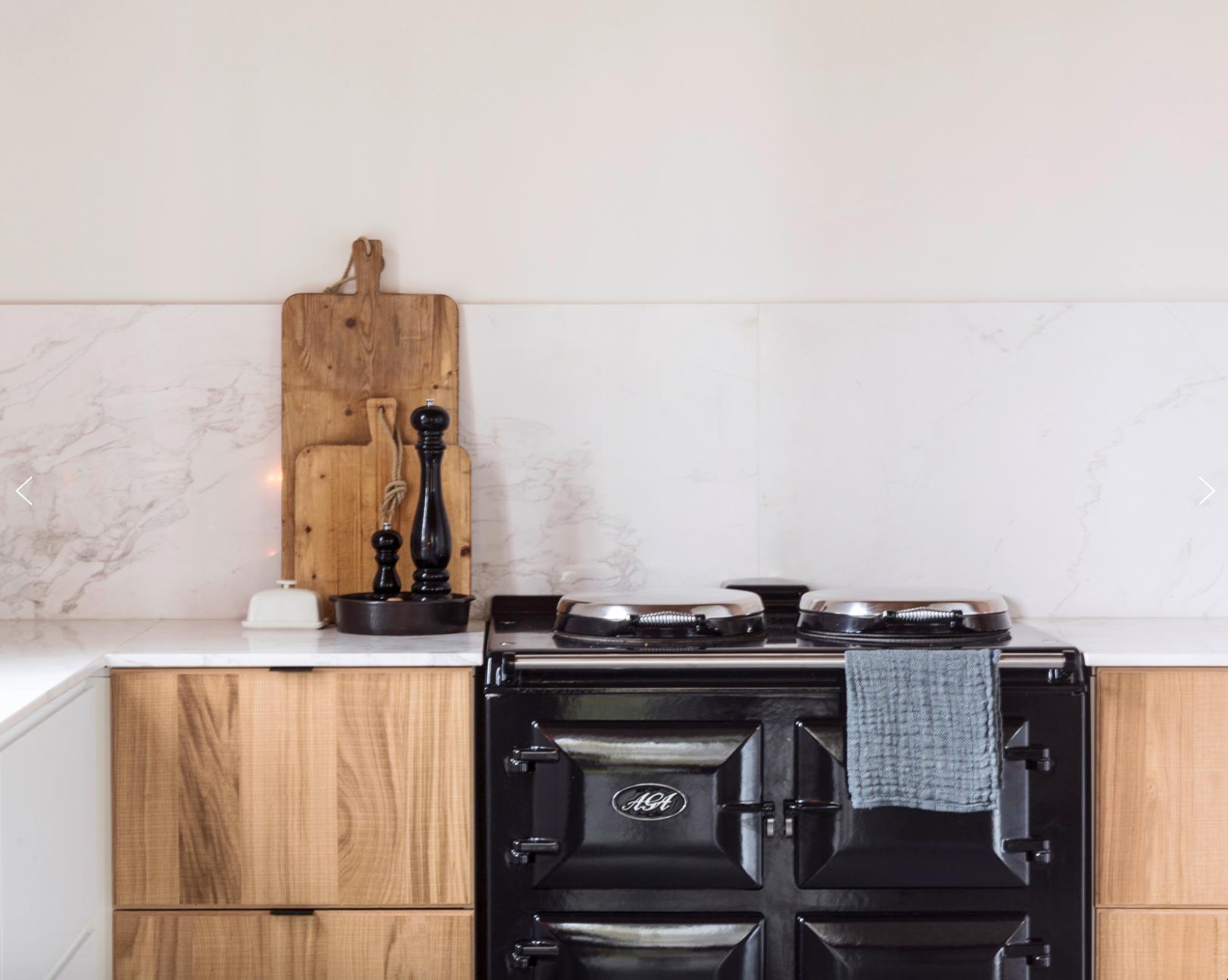 Klassiek aga fornuis geïntegreerd in moderne ikea keuken strak