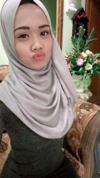 Pin by Alongeasy on My upload   Duck face. Hijab. Face