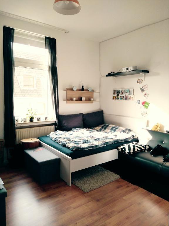Idee für die WG-Zimmer-Einrichtung Bett, Teppich, Ablage