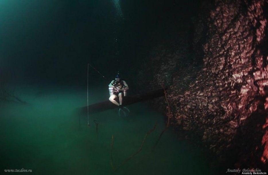 Unterwasserflüsse, so wie die in Cenote Angelita, Mexico, bilden sich, wenn eine schwere, fließende Substanz (z.B. Schwefelwasserstoff) in eine Wassermasse dringt, zu Boden sinkt und dies dann zu einem eigenen Fluss wird.