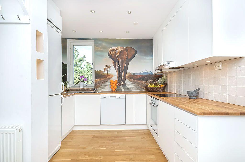 Modernt och stilrent kök från Ballingslöv med vita, släta luckor, massiva bänkskivor i ek med