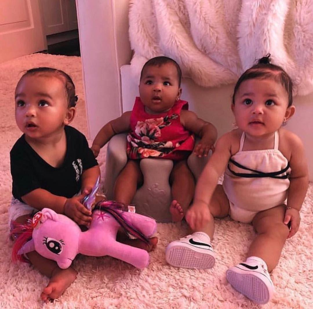 Chicago True Et Stormi Les Filles De Kim Khloe Et Kylie Aww Socute Babies Baby Girls Chicagowest Bebe Fille Mignonne Enfants De Celebrites So Cute Baby