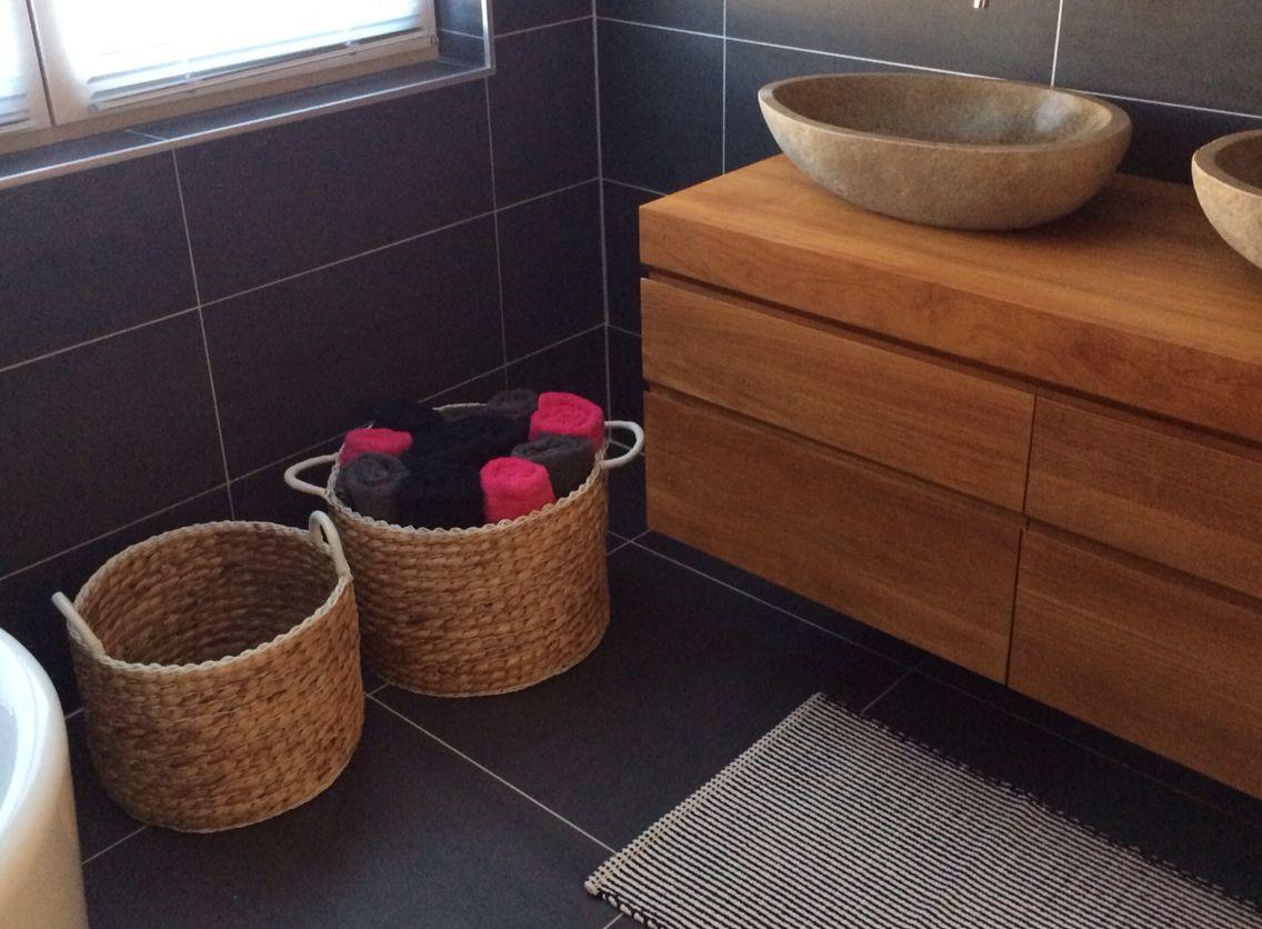 Badkamer Hout Natuursteen : Badkamer natuursteen met hout zwarte tegels op vloer en wand