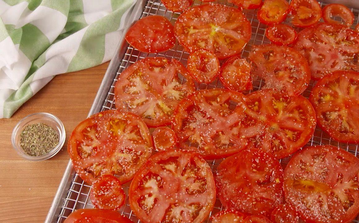 Tomaattisipsit ovat herkullinen ja terveellinen vaihtoehto tavallisille perunalastuille. Moni meistä pitää rasvaisten ja kaloripitoisten ruokien syömisestä, mutta valitettavasti kehosi ei ole asiasta samaa mieltä. Saatat myös kuulua niihin ihmisiin, jotka eivät pysty syömään vain muutamaa perunalas