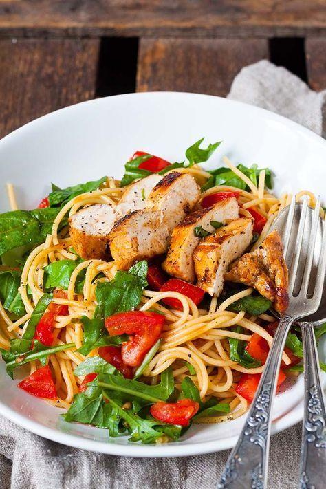Bruschetta Chicken Pasta. Dieses 10-Zutaten Rezept ist schnell, herzhaft und verdammt gut. Saftiges Balsamicohähnchen, Pasta, geschmorte Tomaten und Ruccola - so geht sommerliches Soulfood - kochkarussell.com