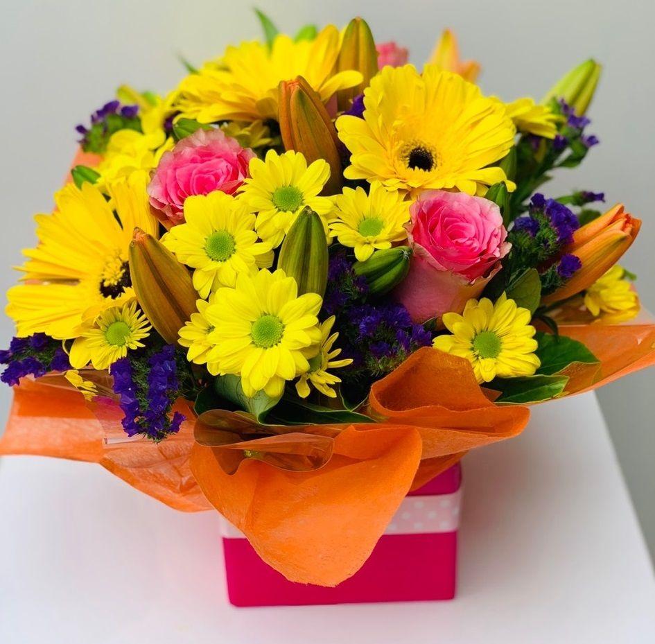 Send flower bouquet of yellow chrysanthemum, pink rose